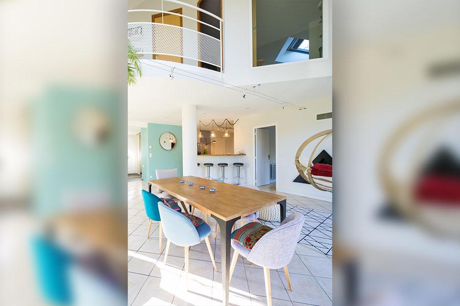 salle à manger, bleu, table industrielle, plante, horloge, chaise, maison du monde, moderne, coloré, couleur, fauteuil suspendu, tapis géométrique, La Redoute
