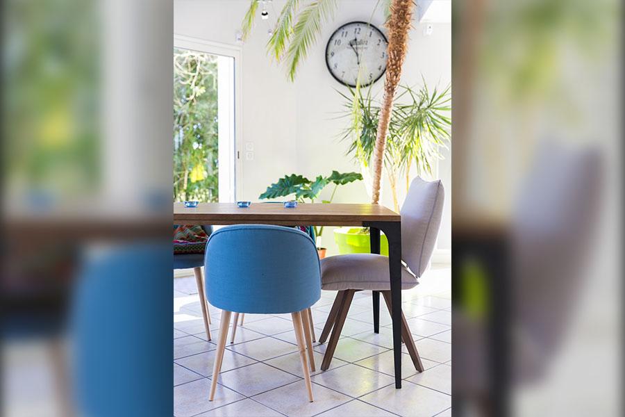 salle à manger, bleu, table industrielle, plante, horloge, chaise, maison du monde, moderne, coloré, couleur
