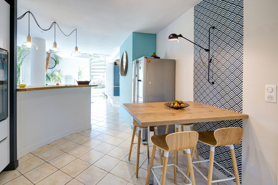 cuisine, cuisine ouverte, espace repas, bois, tabouret haut, applique industrielle, tapisserie géométrique, graphique, bar, bleu, suspension La Redoute, scandinave