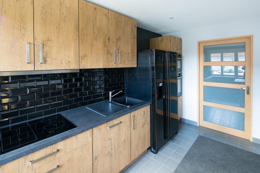 Entrée, cuisine, carreau de ciment, verrière, cuisine bois et noire, cuisine ouverte, verrière, tabouret bois, table haute, cuisine dinatoire, faïence carreau de métro, rénovation, architecture d'intérieur