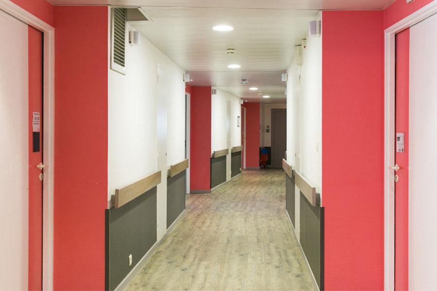 maison de retraite, couloir; rouge