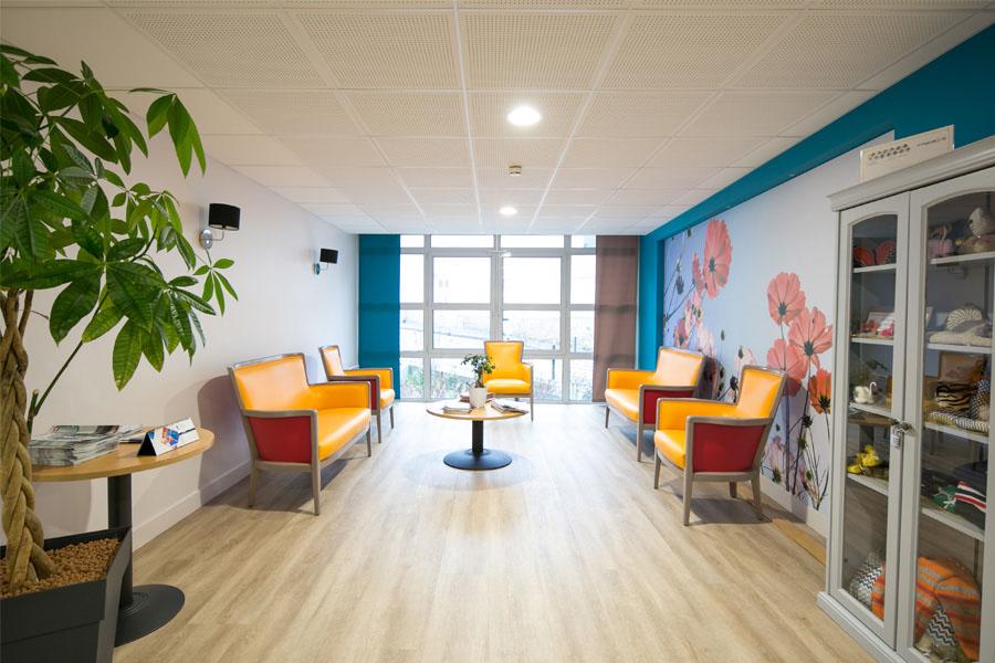 maison de retraite, papier peint, meuble colorée