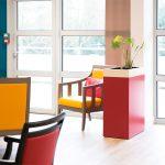 maison de retraite, fauteuil, meuble coloré