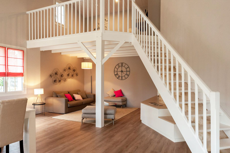 salon, escalier blanc, horloge